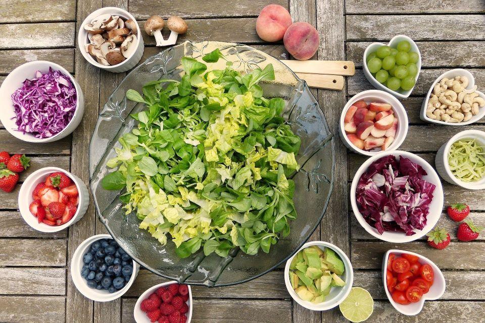Eine bunt gemischte Gemüseplatte aus Biozutaten steht auf dem Tisch
