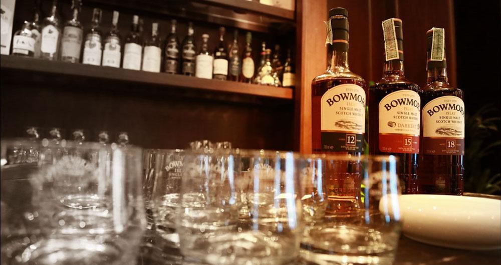 Whisky online kaufen - Flaschen und Gläser